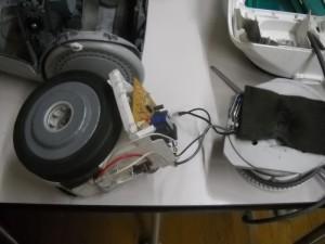 図4:モータ(左)、電源ケーブル(右)